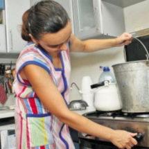 Мыться из ковшика или платить больше? Почему в Беларуси отключают горячую воду?