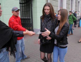 У цэнтры Мінска віншавалі студэнтаў з Днём нацыянальнага сцяга і герба