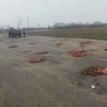 Дорогу в Червенском районе отремонтировали кирпичами