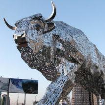 Минск продолжают украшать светящимися скульптурами