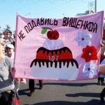 С какими плакатами вышли люди на Марш Мира